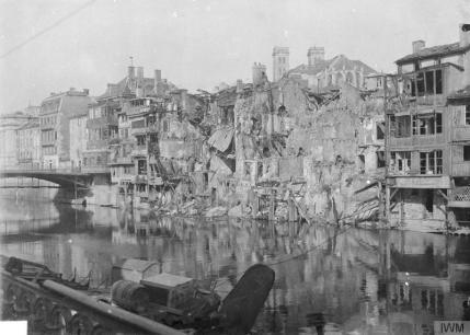 Damaged houses in the Rue Neuve on the River Meuse, Verdun. © IWM (Q 67594)